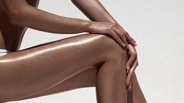 Sommerlich gebräunte Beine einer Frau. - Foto: yuriyzhuravov/iStock