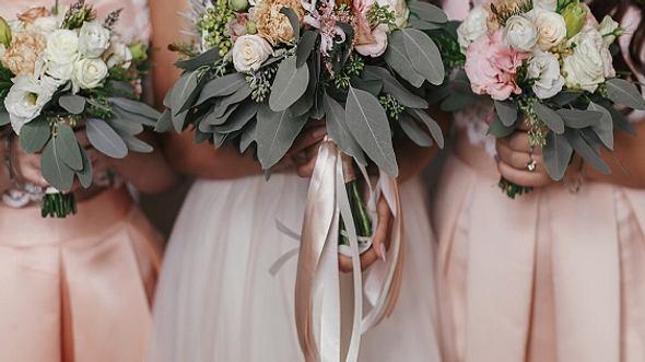 Braut und Brautjungfern in Brautjungfernkleidern und mit Blumensträußen - Foto: iStock/Bogdan Kurylo