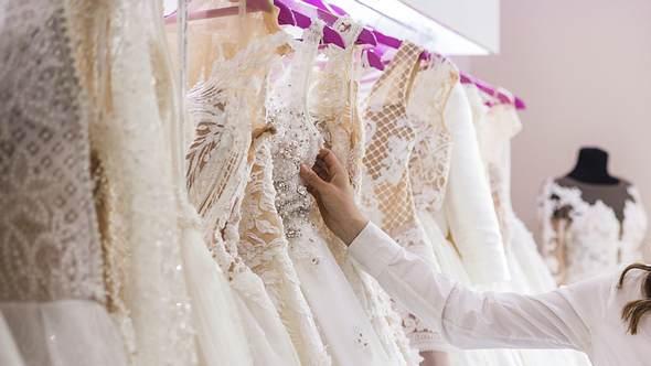Die besten Tipps für den Brautkleidkauf bekommst du mit unserem Ratgeber: So findest du dein perfektes Hochzeitskleid. - Foto: iStock