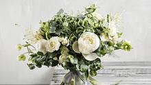 Egal, ob du selbst deinen Brautstrauß wählst oder aber ganz traditionell dein Bräutigam die Entscheidung für die Blumen übernimmt: Das wird dein perfekter Blumenschmuck! - Foto: iStock