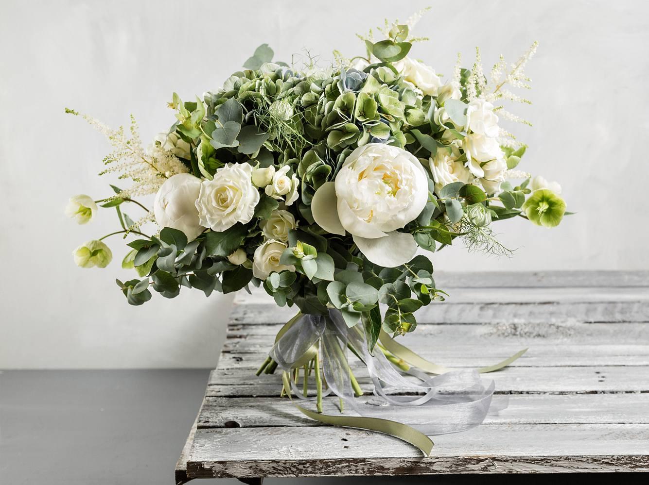 Egal, ob du selbst deinen Brautstrauß wählst oder aber ganz traditionell dein Bräutigam die Entscheidung für die Blumen übernimmt: Das wird dein perfekter Blumenschmuck!