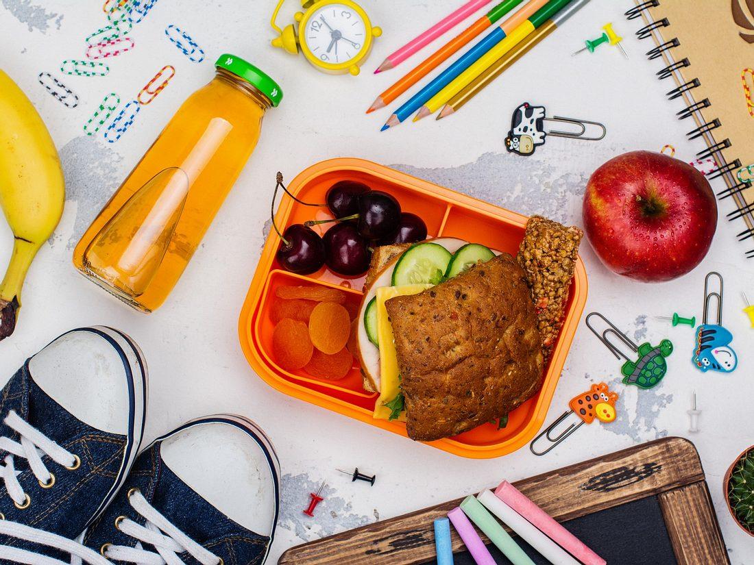 Brotdose für Kinder mit weiteren Schulutensilien