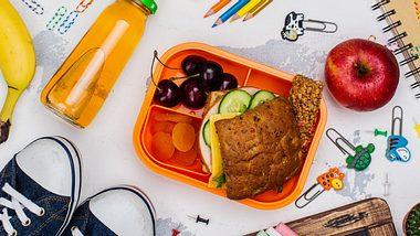 Brotdose für Kinder mit weiteren Schulutensilien - Foto: iStock/happy_lark