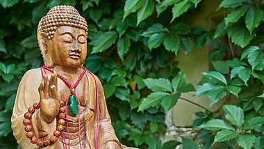 Das bedeutet die Buddhakette und hier kannst du die schönsten kaufen - Foto: Thomas Demarczyk/ iStock