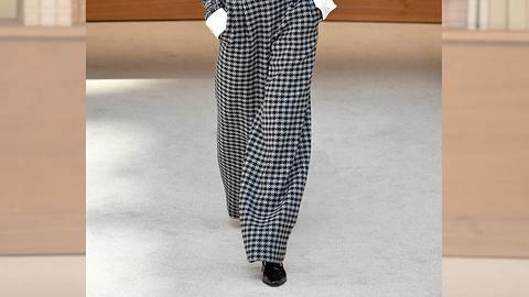SO kannst du den Modetrend Bundfaltenhose im Herbst und Winter 2019/2020 passend zu deiner Figur kombinieren. - Foto: Getty Images