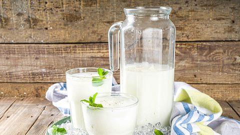 Buttermilch selber machen: Mit diesen 3 Rezepten geht´s super einfach! - Foto: Rimma_Bondarenko/iStock