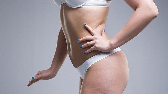 Cellulite bekämpfen: Mit dem Jade-Kamm einfach die Dellen wegkämmen - Foto: iStock