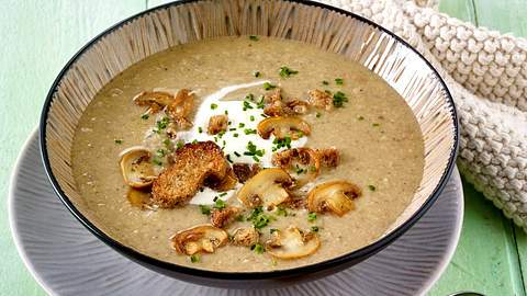Der Klassiker ist die cremige Champignonsuppe. - Foto: Food & Foto Experts