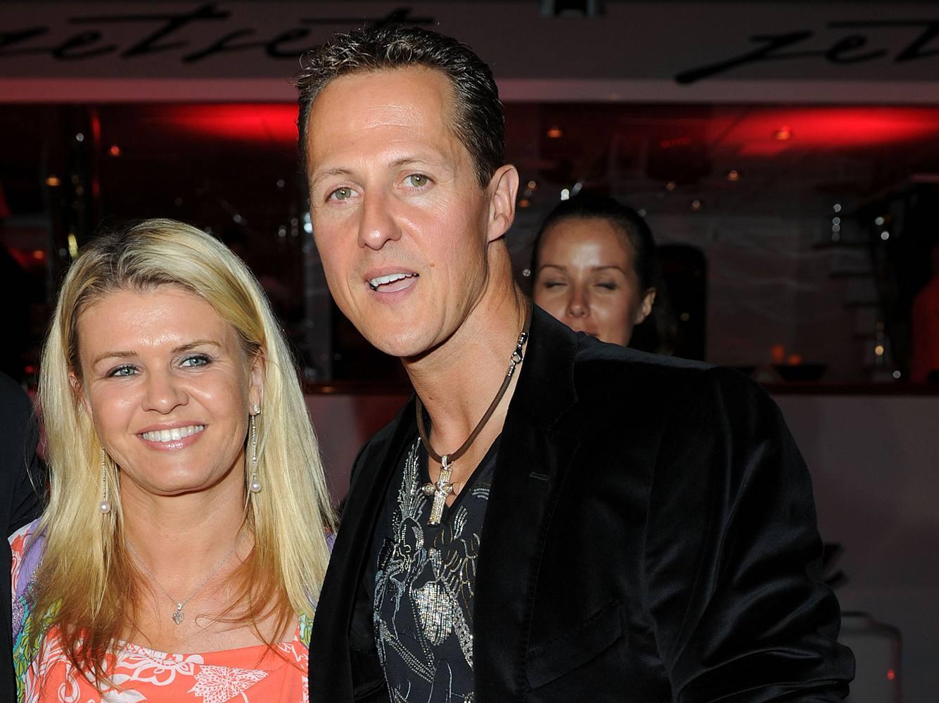 Corinna und Michael Schumacher verliebt auf einer Party.