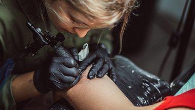 Corona-Lockdown: Dieser irre Tattoo-Trend rollt auf uns zu! - Foto: Istock/South Agency