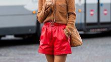 Cropped Cardigans sind ein Modetrend-Highlight dieses Winters. Wir verraten, wie du sie einfach und stylisch kombinieren kannst. - Foto: Getty Images / Christian Vierig