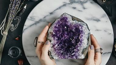 Kristall-Nägel sind der neue Maniküre-Trend. - Foto: Edalin/iStock