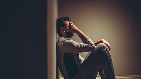 Ein depressiver Partner stellt die Beziehung auf eine harte Probe: Was ist der beste Umgang mit der Situation? - Foto: urbazon / iStock