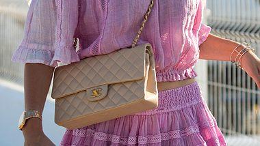 Wir verraten wie du beim Designer-Handtaschen shoppen Fälschungen erkennst und geben weitere wichtige Kauf-Tipps. - Foto: Getty Images