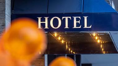 Unter der Krise haben auch die Hotels zu leiden. - Foto: IMAGO / Arnulf Hettrich