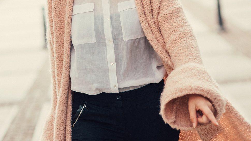 Rosa Cardigans liegen im Winter 2020 im Trend - und sorgen für gute Laune. - Foto: filadendron/Istock