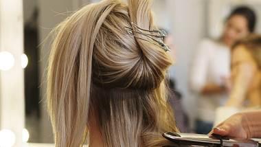 Diese Frisuren machen auch im Winter gute Laune. - Foto: Vagengeym_Elena/istock