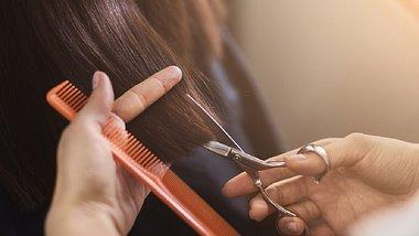 Frisuren mit Pony schummeln ein paar Jahre jünger - und sehen fabelhaft aus. - Foto: Prostock-Studio/Istock