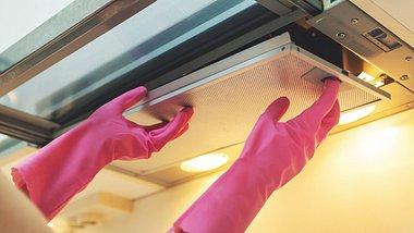 Dunstabzugshaube reinigen: Fettfilter und Aktivkohlefilter müssen auch beachtet werden - Foto: ronstik/iStock