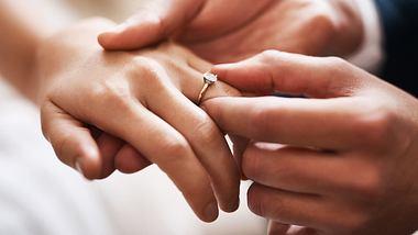 Die besten Beispiele und Inspirationen für dein Eheversprechen findest du hier! - Foto: PeopleImages / iStock