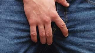 Warum fassen sich Männer immer an den Sack? Das sind die 6 Geheimnisse der Hoden. - Foto: iStock