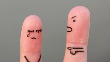 Du hast einen krankhaft eifersüchtigen Freund und möchtest eure Beziehung retten? Wir haben Tipps. - Foto: iStock