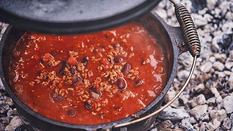 Unser einfaches Chili con Carne Rezept ist schnell gemacht und benötigt nur drei Zutaten. - Foto: iStock/GMVozd