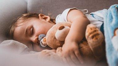 Kind mit Einschlafhilfe - Foto: iStock/ljubaphoto