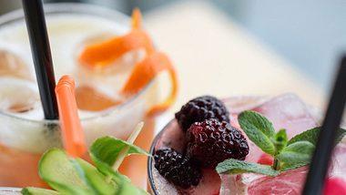 Eistee-Cocktails begleiten dich durch den Sommer! - Foto: iStock