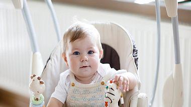 Baby in elektrischer Babywippe - Foto: iStock/romrodinka
