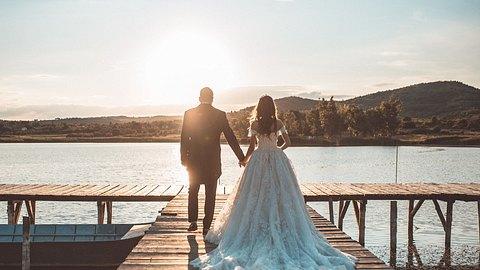 Paar feiert Elopement Hochzeit am See - Foto: iStock/dtephoto