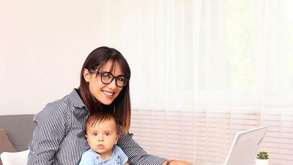 Die Elternzeit soll beide Elternteile entlasten. - Foto: undefined undefined/iStock