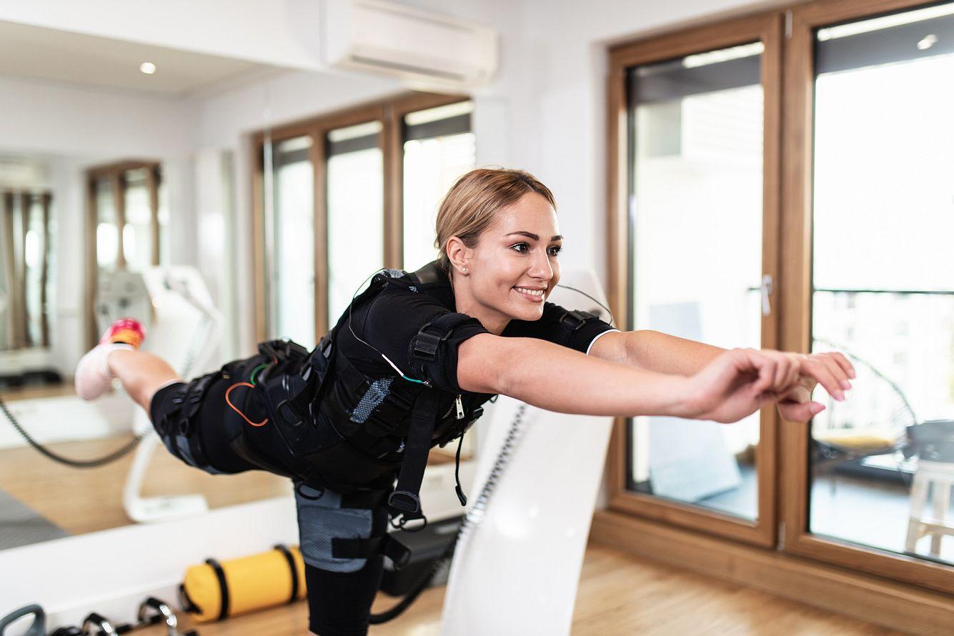 Frau mit EMS-Gerät