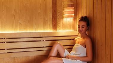 Glückliche, junge Frau entspannt in der Sauna - Foto: bernardbodo / iStock