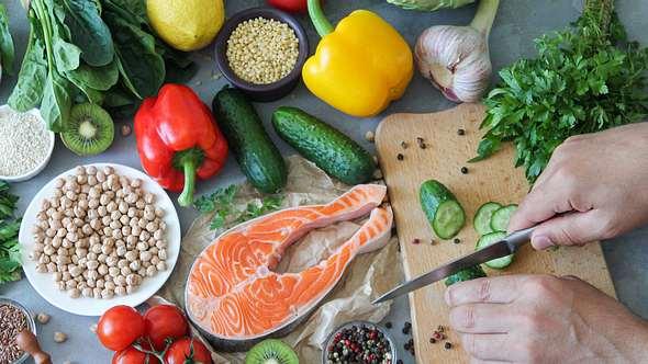 Aus frischen Zutaten lässt sich im Handumdrehen das perfekte Essen für heiße Tage zaubern. - Foto: Dmitriy Sidor/iStock