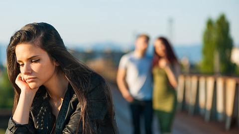 Der Ex hat eine Neue: Warum suchen sich Männer nach einer Trennung sofort eine neue Freundin? Der Experte gibt Antworten. - Foto: roshinio / iStock