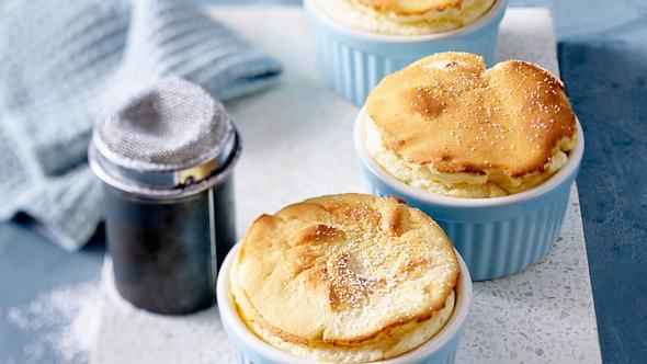 Zitronensoufflé ist ein optisches und geschmackliches Highlight. - Foto: House of Food / Bauer Food Experts KG
