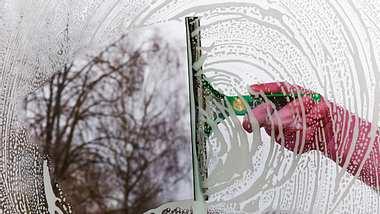 Fenster nicht bei Sonnenschein putzen - Foto: iStock