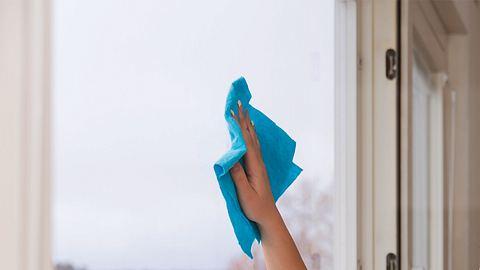 Fenster putzen im Winter - Foto: iStock