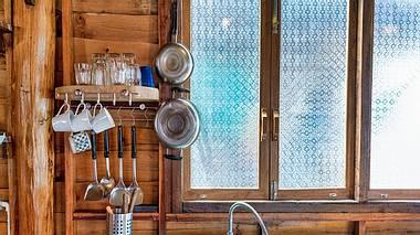 Fensterfolie hinter Küchenfront aus Holz - Foto: iStock/Placebo365