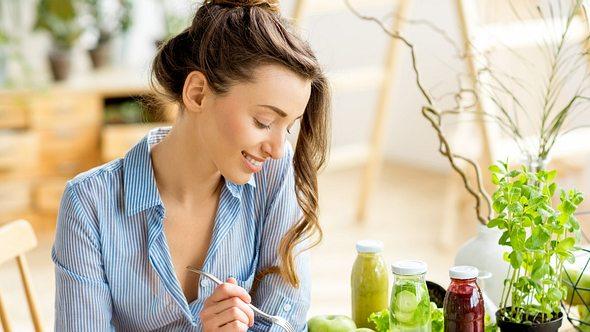 Ein Salat gehört zur Ernährung bei Symptomen einer Fettleber dazu - Foto: RossHelen/iStock