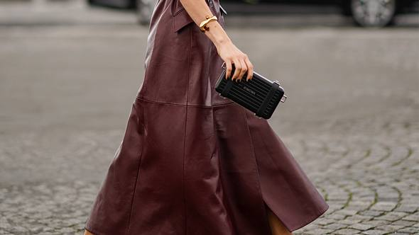 Flache Schuhe zum Kleid oder Rock: Die besten Styling-Tricks und Outfit-Inspirationen - Foto: Getty Images / Edward Berthelot