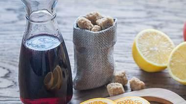 Fliederbeersaft ist die Basis des Gesund-Bleib-Drinks - mit lauter Hausmitteln gegen Erkältung verfeinert. - Foto: iStock