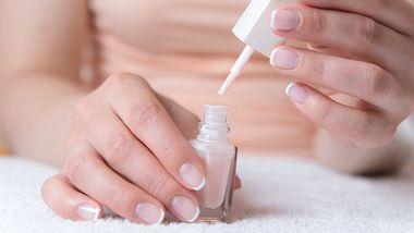 French Nails selber machen: Dieser geniale Beauty-Trick zaubert perfekte French Nails in nur 2 Minuten - Foto: petrograd99/iStock
