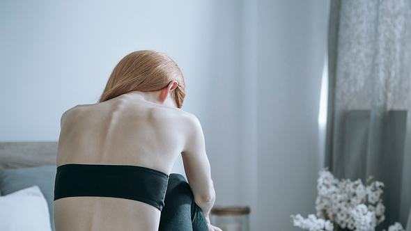 Diese Ratschläge von Psychotherapeutin Marthe Kniep helfen weiter, wenn deine Freundin an Magersucht erkrankt ist. - Foto: iStock