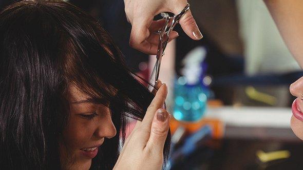 Frisuren, die jünger machen - Foto: WavebreakMediaMicro/iStock