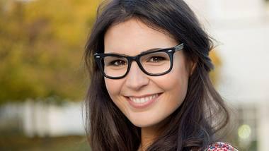 Bei Frisuren mit Brille gibt es bestimmte Grundregeln. - Foto: iStock/Rocky89