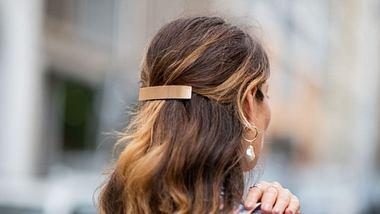Haarspangen-Trend: Die schönsten Frisuren mit Haarspangen - Foto: Christian Vierig/Getty Images