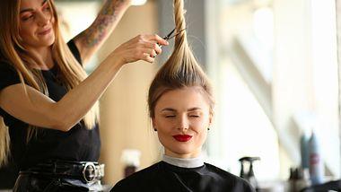 Diese 5 aufregenden Frisuren-Trends sind im Herbst 2021 total angesagt! - Foto: Ivan-balvan/iStock