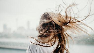 Frizz: Mit Brazillian Blow Out hast du nie wieder krauses Haar - Foto: iStock